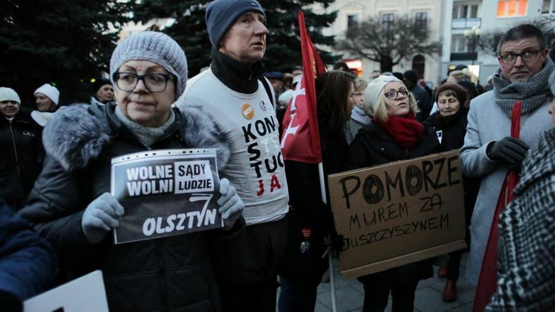 Manifestacja przed sądem w Olsztynie