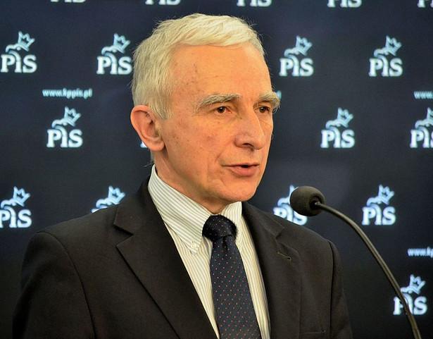 """Minister wskazał, że na europejskiej mapie terminali LNG nie ma Niemiec. """"To, że mamy tak zdecydowaną politykę niemiecką w kwestii współpracy z Gazpromem i Rosją wynika - można przypuszczać - że Niemcy nie postawiły na budowę terminali odbierających skroplony gaz. Na razie nie mają tej możliwości"""" - powiedział. Na zdj. Piotr Naimski (2014), fot. Adrian Grycuk / Wikimedia Commons, lic. cc-by-sa"""