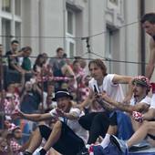 SPEKTAKULARAN DOČEK Goreo je Zagreb: Fudbalere Hrvatske pozdravilo 300.000 ljudi /FOTO/