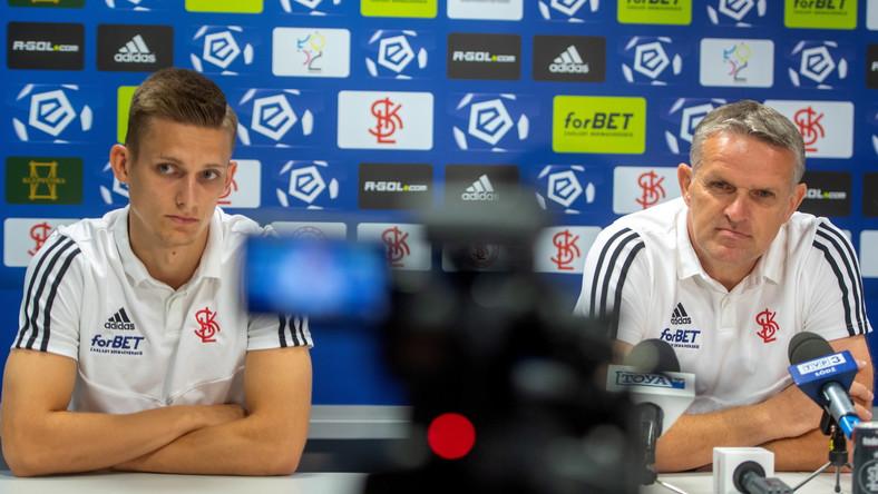 Piłkarz ŁKS Maciej Wolski (L) i trener Kazimierz Moskal (P) podczas konferencji prasowej w Łodzi