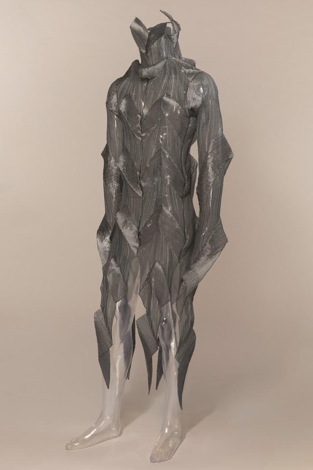 "Kostim Isea Mijakea za balet ""The Loss of Small Detail"" (1991) Vilijama Forsajta za Balet Frankfurt."