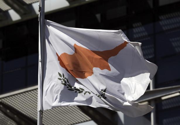 Rząd uznawanej na arenie międzynarodowej Republiki Cypryjskiej (RC) ogłosił w piątek, że zmuszony jest zamknąć w sobotę rano na siedem dni cztery z dziewięciu przejść łączących zamieszkane przez Greków cypryjskich południe wyspy z uznawaną tylko przez Ankarę Turecką Republiką Cypru Północnego (TRCP)