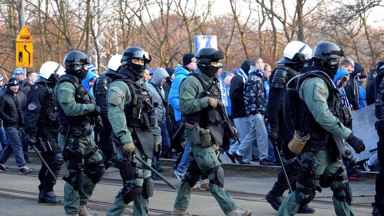 Policja eskortuje kibiców Lecha Poznań w drodze na stadion w Szczecinie, przed meczem polskiej Ekstraklasy piłkarskiej z Pogonią