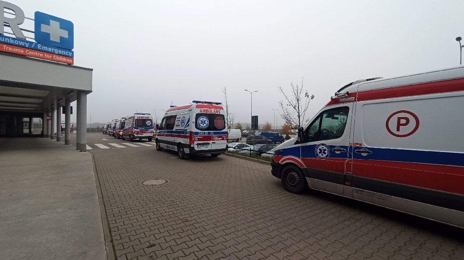 Kolejka karetek przed wrocławskim szpitalem im. Marciniaka