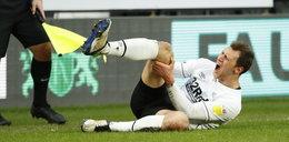 Koszmarnie bolesna kontuzja go nie pokonała. Kopie już piłkę!