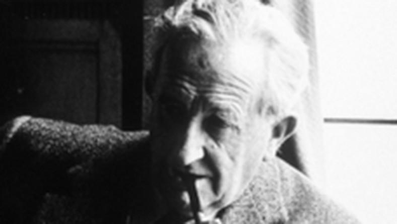 """J.R.R. Tolkien (1892–1973) brytyjski pisarz, poeta, filolog, profesor uniwersytecki. Jego """"Hobbit"""" i """"Władca Pierścieni"""" nie tylko zrewolucjonizowały gatunek fantasy, lecz także zaliczają się do najważniejszych powieści XX wieku."""