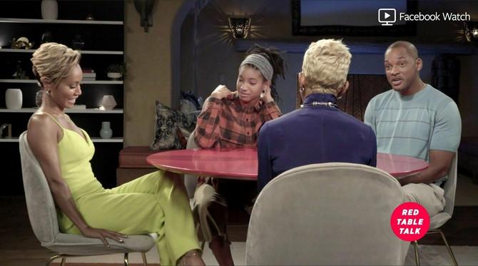 Vilou Smit sa majkom, bakom i ocem: svašta se sazna u razgovorima za crvenim stolom