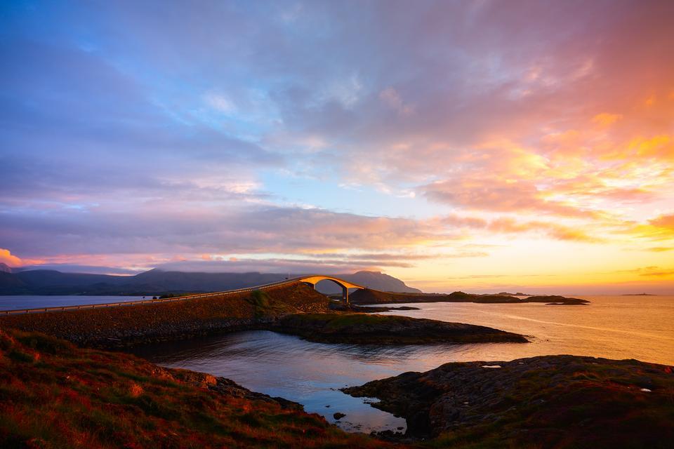 Norweska Droga Atlantycka ciągnie się przez kilka małych wysp i ma 8 mostów, które raczą kierowców widokiem na ocean, fiordy i góry. Ta niesamowita droga zyskała status Narodowego Szlaku Turystycznego i zabierze podróżnych prosto nad brzegu oceanu.