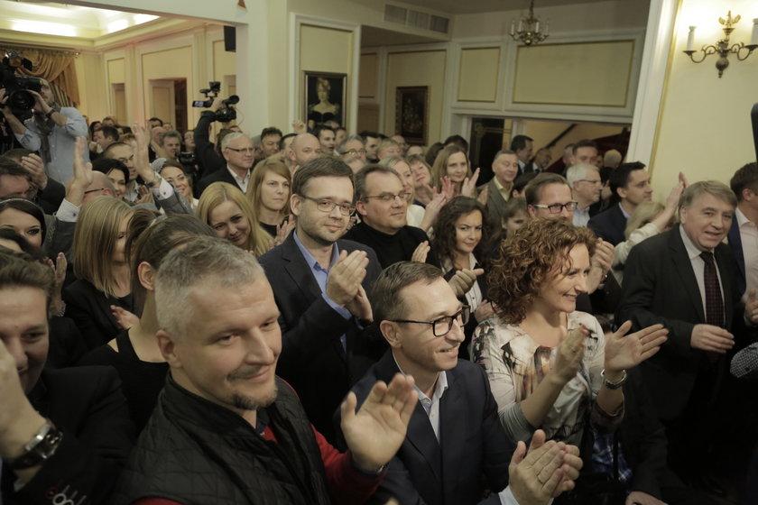 Sztab Rafała Dutkiewicza w wieczór wyborczy po II turze wyborów prezydenckich we Wrocławiu