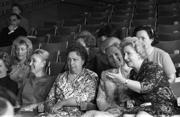 Viktorija Brežnjeva (u sredini)