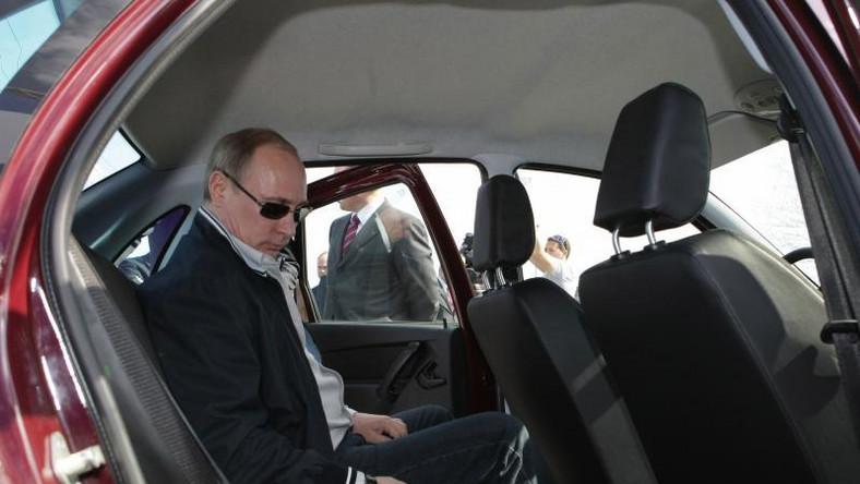 Kiedy 15 lat temu Władimir Putin pierwszy raz zasiadł na fotelu prezydenta Rosji moloch AvtoVAZ był w fatalnej kondycji. Putin nie pozwolił na agonię rodzimego koncernu. W 2008 roku za miliard dolarów francusko-japoński gigant Renault-Nissan kupił 25 proc. akcji w rosyjskiej firmie. Rok później ich wartość poleciała na łeb, na szyję do 200 mln dolarów. W upadający zakład władze Rosji wtłoczyły 800 mln dolarów. Sam Putin promował nowe modele Łady (na zdjęciu w czasie testowania modelu granta - o tym dalej), a zagranicznym inwestorom postawił ultimatum - jeśli nie zajmą się reformą zakładów w Togliatti, to… stracą swoje udziały. Wiosną 2012 roku Putin podpisał nowy rozdział współpracy z koncernem Renault-Nissan. Inwestycja opiewała na 400 mln euro. Pod koniec 2012 roku sojusz Renault-Nissan i przedsiębiorstwo państwowe Russian Technologies założyły spółkę joint venture, która objęła wszystkie udziały należące do obu partnerów w spółce AvtoVAZ. Taki zabieg miał zagwarantować długoterminową stabilność największego rosyjskiego producenta samochodów i właściciela marki Łada.