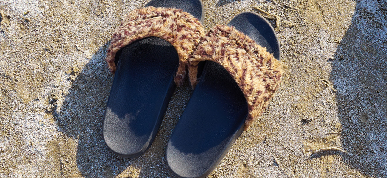 ab3fdacd9ba490 Klapki z futerkiem są modne, ale jak je nosić? Szukamy inspiracji na ...