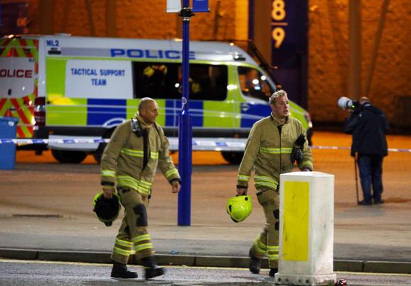 Na licu mesta se ubrzo pojavila vatrogasna služba, policija i hitna pomoć