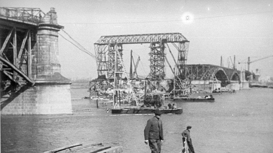 Powojenna odbudowa mostu.