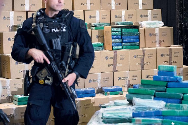 Nakon dolaska kamiona u selo Krušopek, policija je izvršila detaljni pretres, pri čemu je u jednom od paketa pronađeno pakovanje sa belim prahom