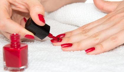 Paznokcie hybrydowe w domu. Niezbędniki do tworzenia perfekcyjnego manicure