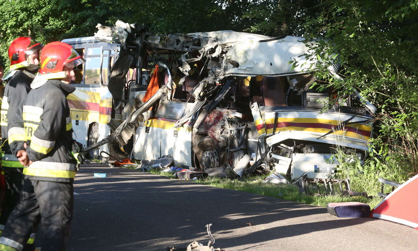 W wypadku autobusu w Mierzynie zginęły 4 osoby. Ruszył proces 21-letniego kierowcy.