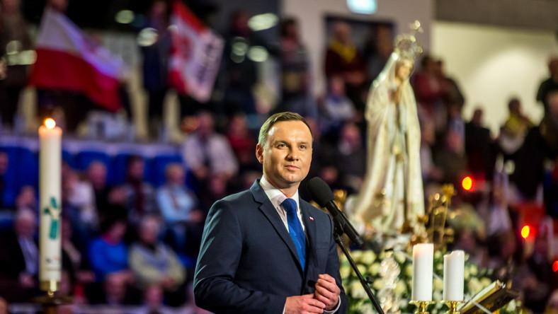 """""""Polityka przenika nasze życie, polityka jest nieodłączną częścią budowania dobrego państwa, ale (taka) polityka, która pojmowana jest jako rozumna troska o dobro wspólne, o czym była dzisiaj tutaj mowa. Radio Maryja ma prawo do tego, żeby taką politykę prowadzić i w taką politykę się włączać, ma prawo nawoływać do tego, aby cała polska polityka taka właśnie była"""" - powiedział prezydent."""