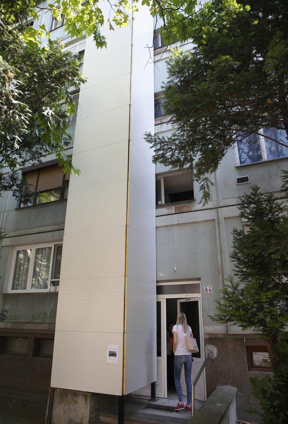 Karaburma poznata po liftu ispred zgrade