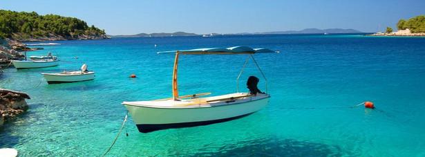 Turystyka w Chorwacji do 1990, kiedy to rozpadła się Jugosławia, przynosiła największą część dewizowych dochodów państwa. Skupiała się ona głównie na wybrzeżu dalmatyńskim i w Istrii, znajdowały się tam liczne uzdrowiska i kąpieliska morskie. W Chorwacji można wyróżnić 3 główne ośrodki, do których zmierzają turyści. Pierwszy, a zarazem największy, to jest całe chorwackie wybrzeże Morza Adriatyckiego. Dwa pozostałe są dużo mniejsze, ale też cieszą się dużym zainteresowaniem podróżnych. Są to stołeczne miasto Zagrzeb oraz Jeziora Plitwickie. Najmniej odwiedzanym regionem jest Slawonia. Adriatyckie wybrzeże sprowadza wielu turystów głównie ze względu na błękitną, ciepłą wodę, słoneczną pogodę, piękne plaże i urozmaicony krajobraz. Cały ten obszar w przeszłości najpierw był pod panowaniem starożytnych Rzymian, a następnie od późnego średniowiecza aż końca XVIII w. pod wpływem Wenecjan. Zarówno jedni i drudzy pozostawili po sobie dużo zabytków, które także przyciągają wielu turystów. Każdego roku Chorwację odwiedza ponad 10 mln turystów.