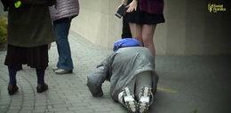 Poruszające! Staruszka całuje stopy tęczowej aktywistki. To nagranie z Polski robi ogromne wrażenie