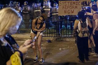 USA: Kolejna noc zamieszek i protestów. Są zabici i ranni