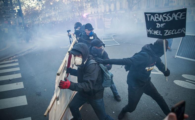 Demonstranci w Paryżu