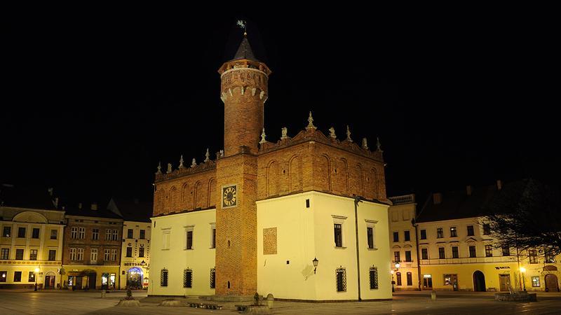 Ratusz w Tarnowie w nocy
