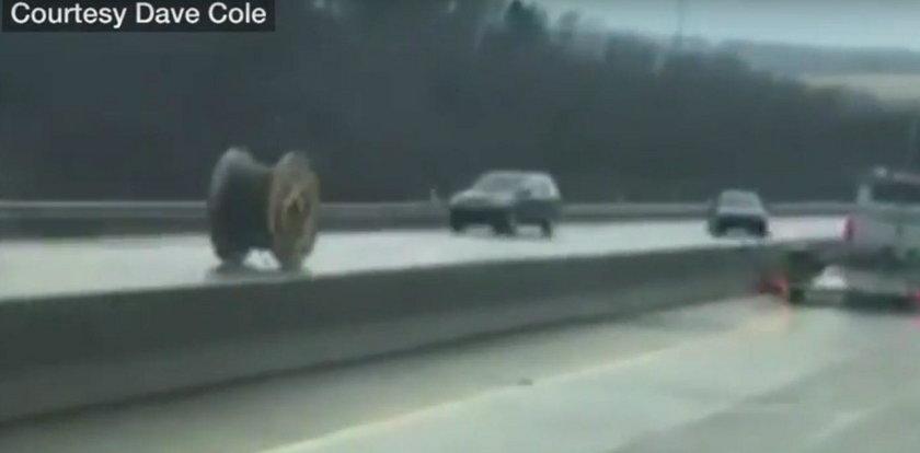 Horror na drodze. To spadło z ciężarówki