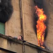 Dok je požar divljao u zgradi, mladić izašao kroz prozor i grčevito se držao za sims: Spasen je u POSLEDNJEM TRENUTKU (VIDEO)