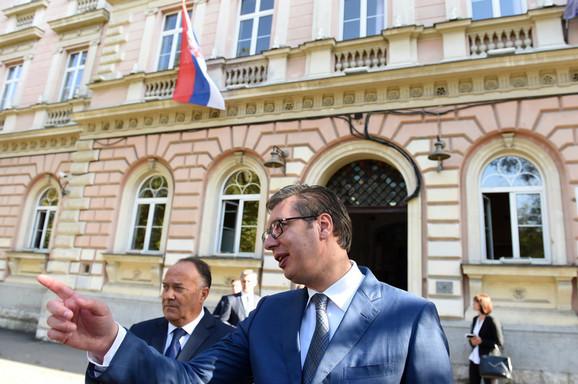 Mladen Šarčević i Aleksandar Vučić ispred Zemunske gimnazije