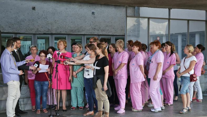 Przewodnicząca Związku Zawodowego Pielęgniarek i Położnych przy CZD Magdalena Nasiłowska i pielęgniarki podczas wypowiedzi dla mediów