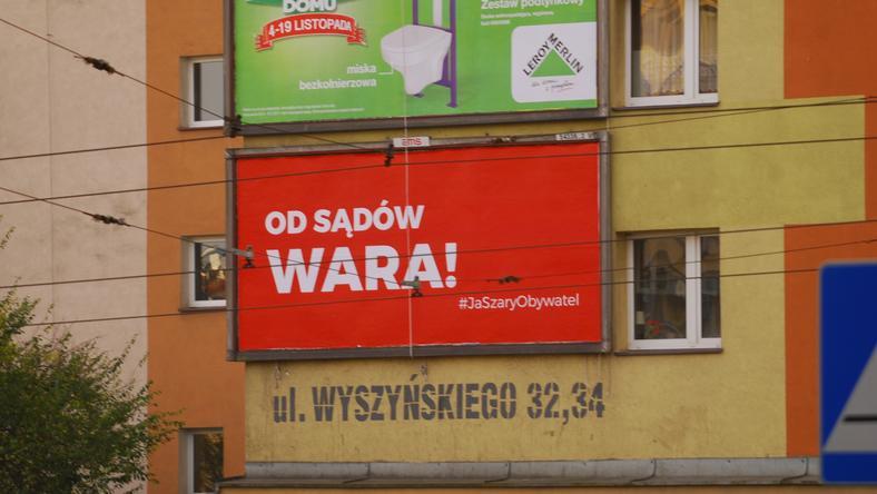 """""""Od Sądów Wara!"""" Antyrządowe billboardy w Szczecinie"""