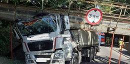 Ciężarówka nie zmieściła się pod wiaduktem w Sierakowie. Konstrukcja runęła