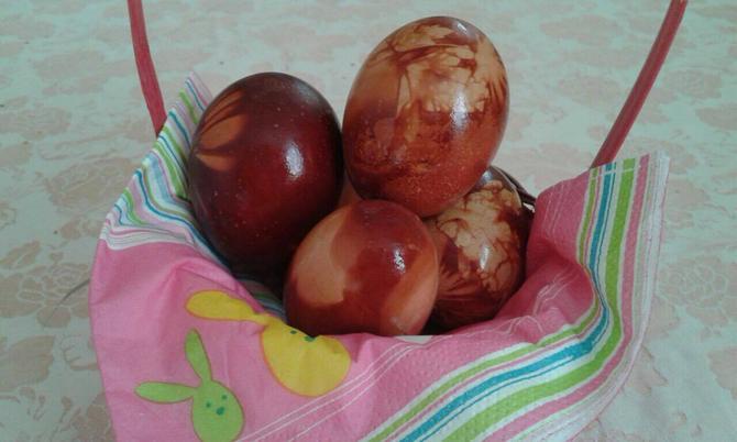 Zadovoljna sam i ove godine kako su oslikana jaja u lukovini. Ni jedno nije puklo!