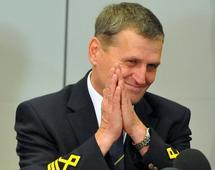 Pilot Tadeusz Wrona, który awaryjnie wylądował na Okęciu, był wtedy na ustach wszystkich