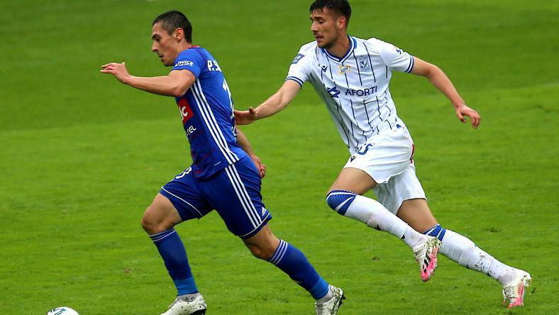 Piłkarz Piasta Gliwice Patryk Sokołowski (L) i Jakub Moder (P) z Lecha Poznań podczas meczu grupy mistrzowskiej Ekstraklasy