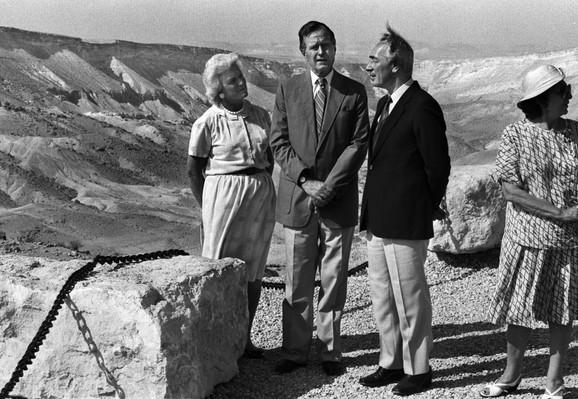 Sa bivši izraelskim premijerom Šimonom Perezom 1986.