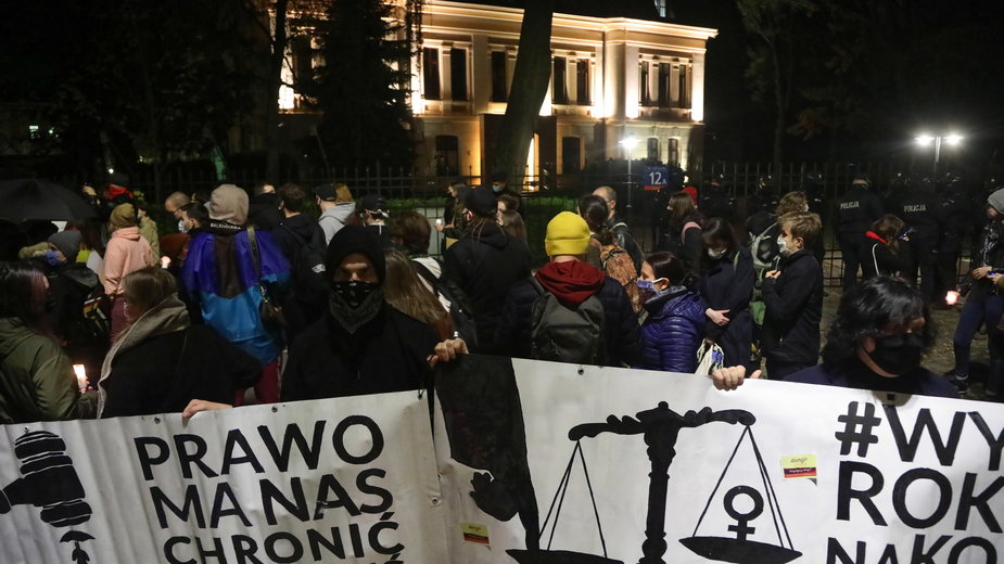 Przed TK trwa protest przeciwko zmianom w prawie dotyczącym aborcji w Polsce