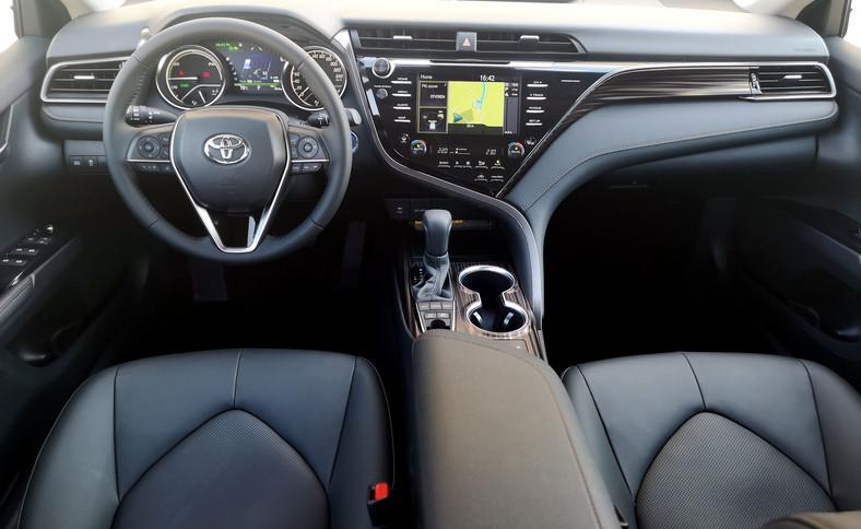 """Kokpit skupiony na kierowcy wreszcie ze stylistyczną """"iskrą"""". Nawiązuje do japońskiego designu znanego z Lexusa i solidności, a poza tym robi wrażenie na pasażerach. Dobre wykończenie i materiały. Funkcje życiowe auta prowadzący widzi na trzech ekranach: 8-calowym od multimediów, 7-calowym komputera pokładowego i 10-calowym kolorowym ekranie head-up wyświetlanym na szybie"""
