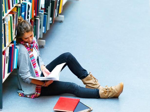 Studentka podczas nauki do egzaminu