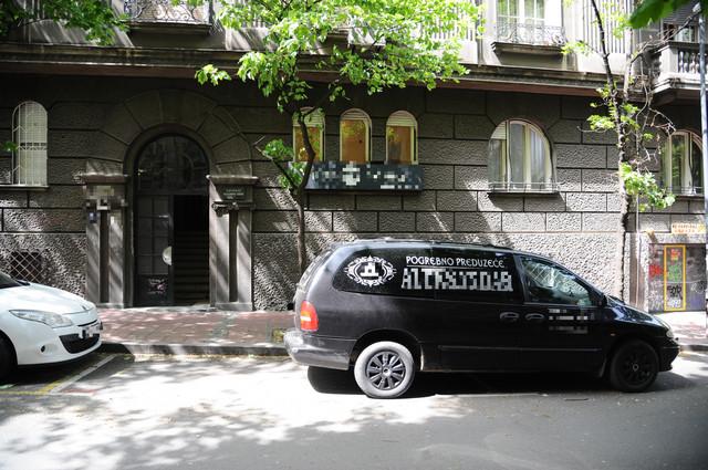 Pogrebna služba ispred zgrade u kojoj je živeo Igor Pervić