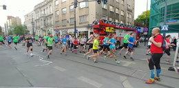 Bieg ważniejszy niż ludzkie życie? Biegacze zablokowali wozy strażackie na sygnale