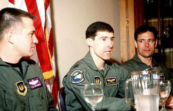 Kapetana Skota O'Grejdija ( u sredini) iz Bosne su izvukli američki marinci