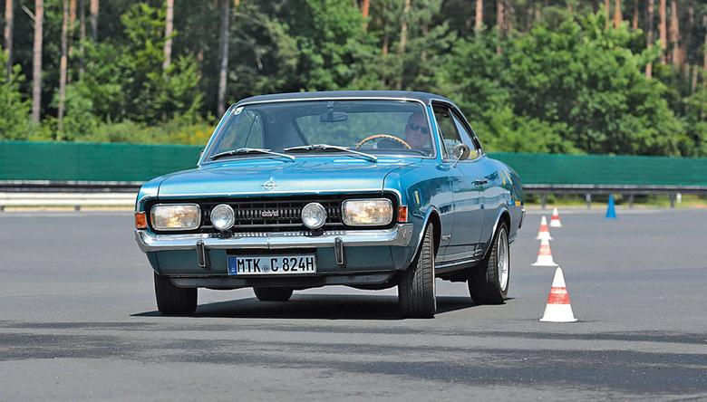"""""""Sportowy grill, światła Taghell i dwie potężne rury wydechowe"""" – tak reklamował Opel swojego sportowego Commodore Coupé. To brzmi zarozumiale, ale auto rozpędzało się do 200 km/h i miało z przodu spoiler!"""
