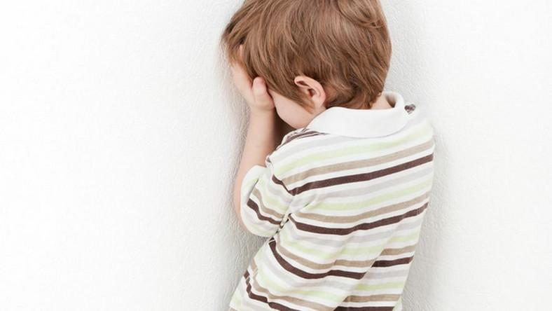 Przesłuchiwane dzieci są niewłaściwie traktowane.