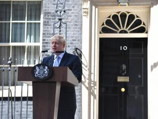 Boris Johnson przemawia na Downing Street