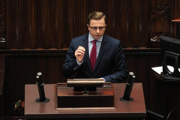Dodał, że prezydent Komorowski chce wysadzić w powietrze system polityczny budowany przez ostatnie 25 lat tylko dlatego, że chce wejść w buty Pawła Kukiza, który właśnie proponuje jednomandatowe okręgi wyborcze