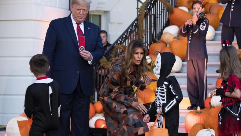 Świętowanie Halloween w Białym Domu to kolejna okazja, na której małżonka prezydenta wystąpiła w dopasowanym płaszczu, który można było uznać zarówno za sukienkę, jak i okrycie wierzchnie...