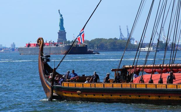 """Współczesny statek Wikingów """"Draken Harald Haarfagre"""" wpływa do Nowego Jorku po rejsie przez Atlantyk, 17 września 2016"""
